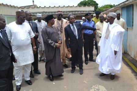 Minister on a tour around the hospital